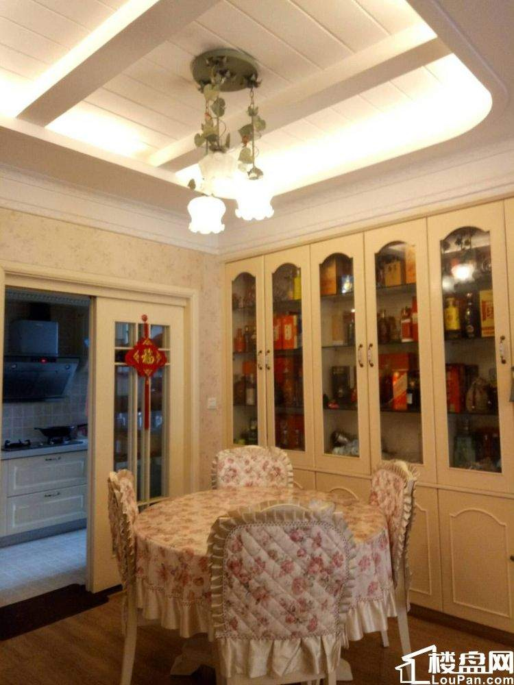 水晶城三室,卧室大,装修精美,让你有舒适的感觉~