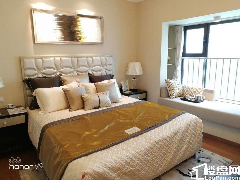 市府东南单价7700元带精装修恒大名都129平大三居客厅朝阳