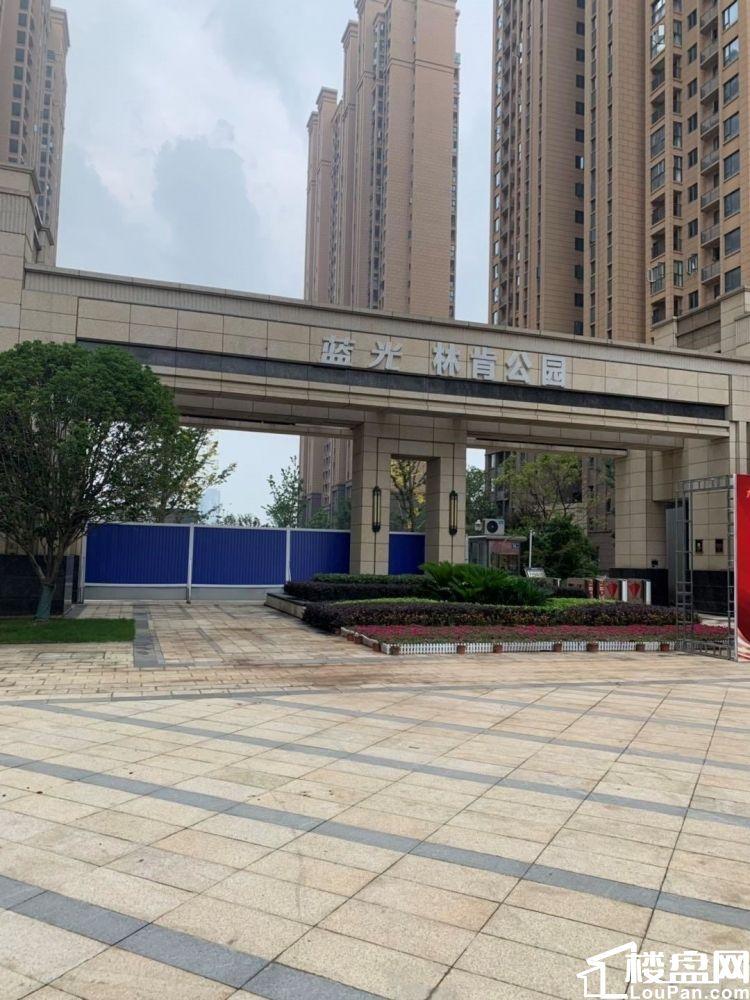 直售蓝光林肯,小区大门口,层高9米,均价1.68万,业态不限
