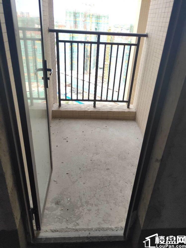 申蓝宝邸毛坯2房 中楼层 有钥匙 看泳池