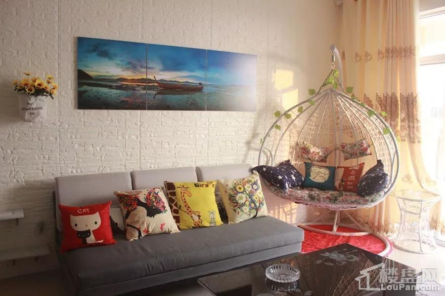 汇联海湾明珠二期B户型客厅实景图