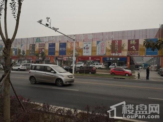 天山熙湖三期项目东侧居然丽家装饰城