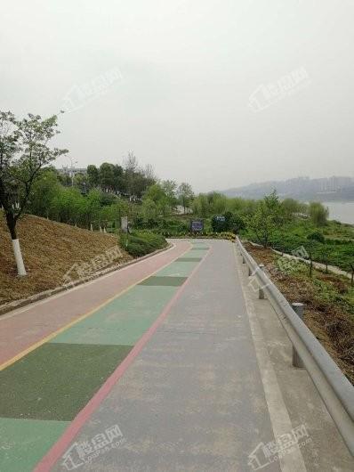 中国铁建·西派时代周边临江步行道