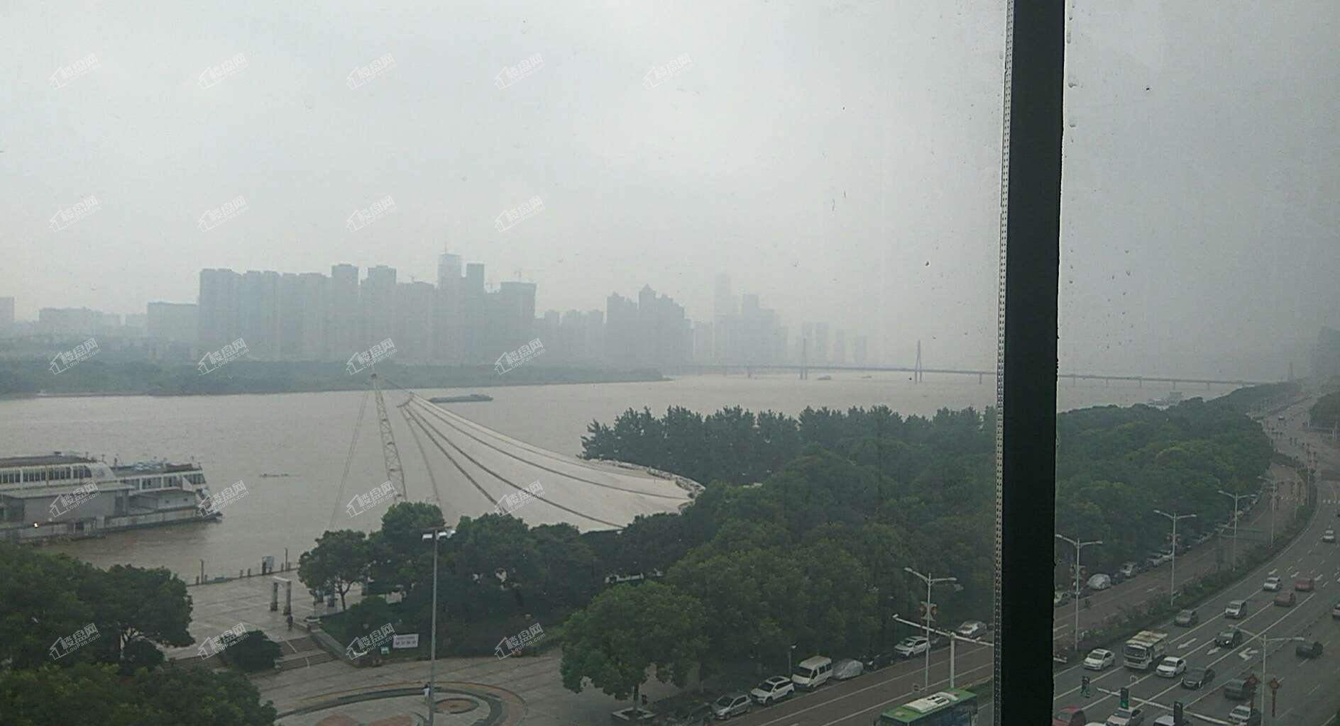 窗户外看江景