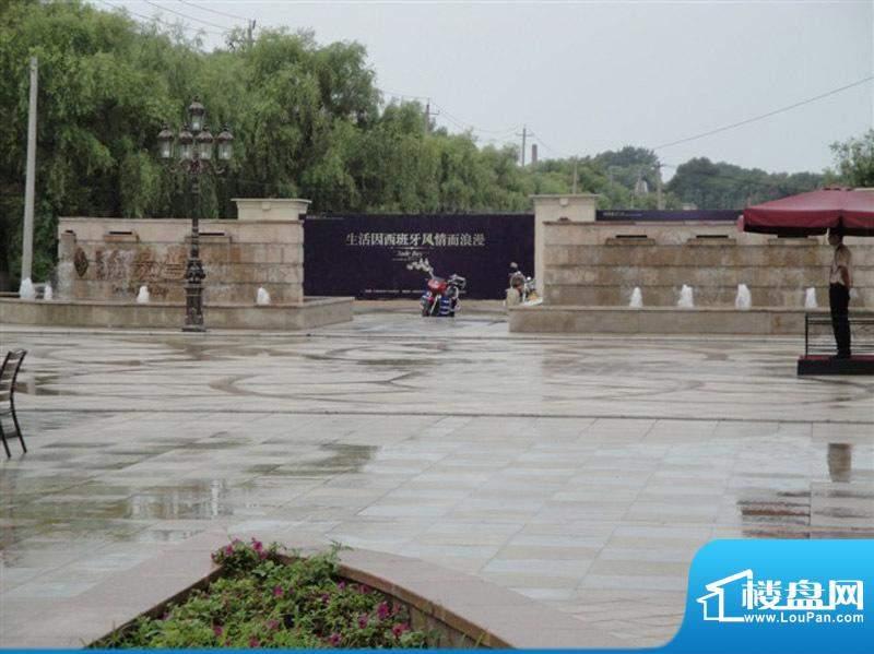 隆都翡翠湾售楼处前广场外景图(2010.1