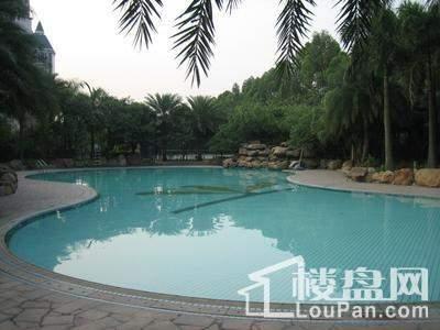 雅宝新城小区内游泳池