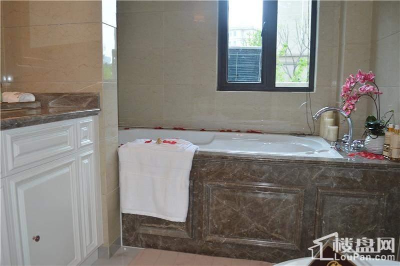 主卧浴室图片