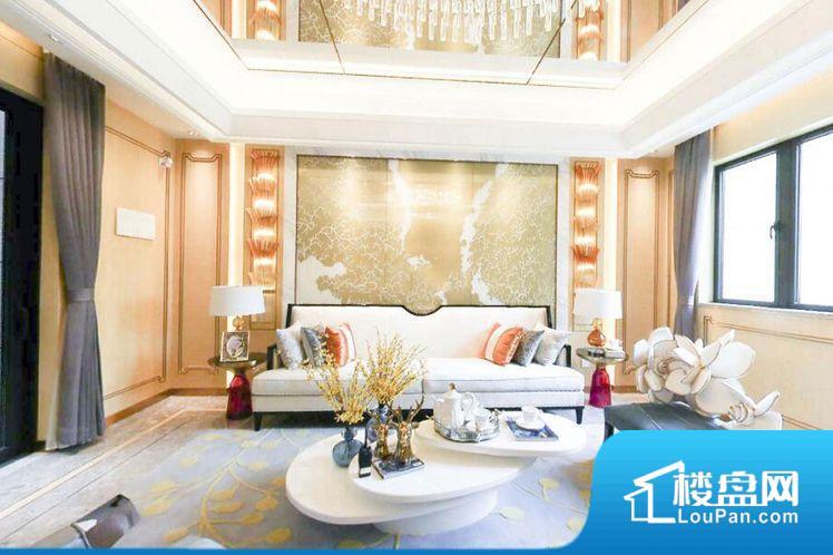 整个空间方正,拐角少,后期利用难度低,提升整个空间的利用率。全明通透的户型,居住舒适度较高。整个空间有充足的采光,这一点对于后期居住,尤其重要。卧室位置合理,能够保证足够安静,客厅的声音不会影响卧室的休息;卫生间位置合理,使用起来动线比较合理;厨房位于门口,方便使用和油烟的排出。各个功能区间面积大小都比较合理,后期使用起来比较方便,居住舒适度高。