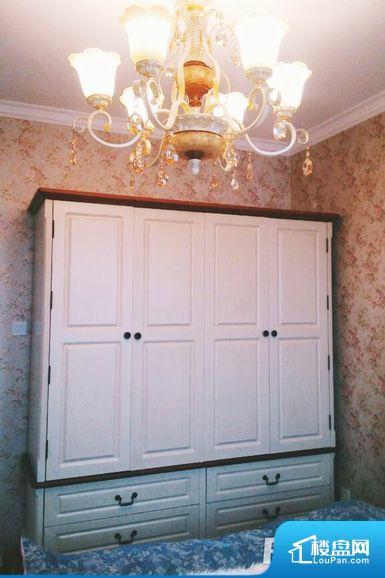 各个空间方正,后期空间利用率高。卫生间如没有窗子,可加管道通风,但是相对来说卫生间有窗户是好的情况,利于排湿,不会使湿气进到室内。整个户型空间布局合理,真正做到了干湿分离、动静分离,方便后期生活。卧室作为较为重要的休息空间,尺寸合适,有利于主人更好的休息;客厅作为重要的会客空间,尺寸合适,能够保证主人会客需求。卫生间和厨房作为重要的功能区间,尺寸合适,能够很好的满足主人生活需求。公摊高于15%且低