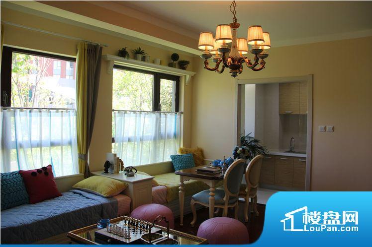 各个空间都很方正,方便后期家具的摆放。卧室作为较为重要的休息空间,尺寸合适,有利于主人更好的休息;客厅作为重要的会客空间,尺寸合适,能够保证主人会客需求。卫生间和厨房作为重要的功能区间,尺寸合适,能够很好的满足主人生活需求。公摊相对合理,一般房子公摊基本都在此范畴。日常使用基本满足。