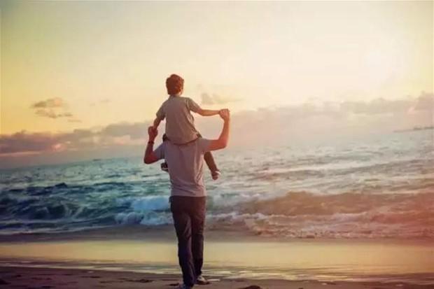 父爱如山,他用宽厚的肩膀呵护一个美好的家
