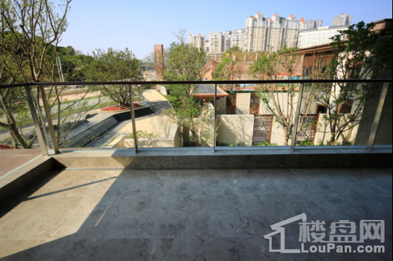 底跃样板间阳台外美景