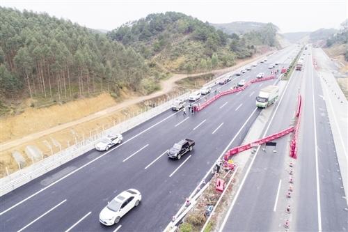 古辣调坡路段往南宁方向(左侧)开放半幅交通