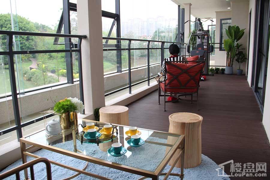 嘉和城高迪公馆268㎡D8户型样板间之客厅之开间阳台