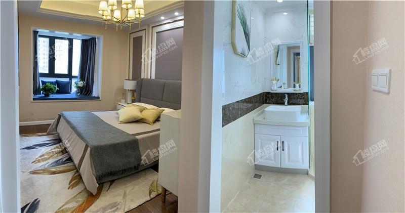 101㎡三房样板间主卧和主卧卫生间全景实景图