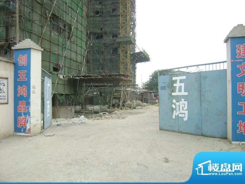 天富花苑小区施工门口实景20110505