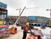 南宁国际空港综合交通枢纽项目工人节假日里忙建设