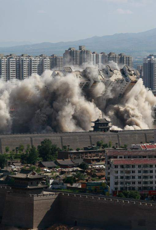 山西大同90米高楼被定向爆破 场面惊险壮观